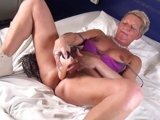 slutty mature plays with dildo