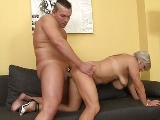 versed mature bitch gets her ass pumped hard