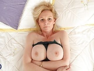 Mature British housewife Suzie with amazing big tits
